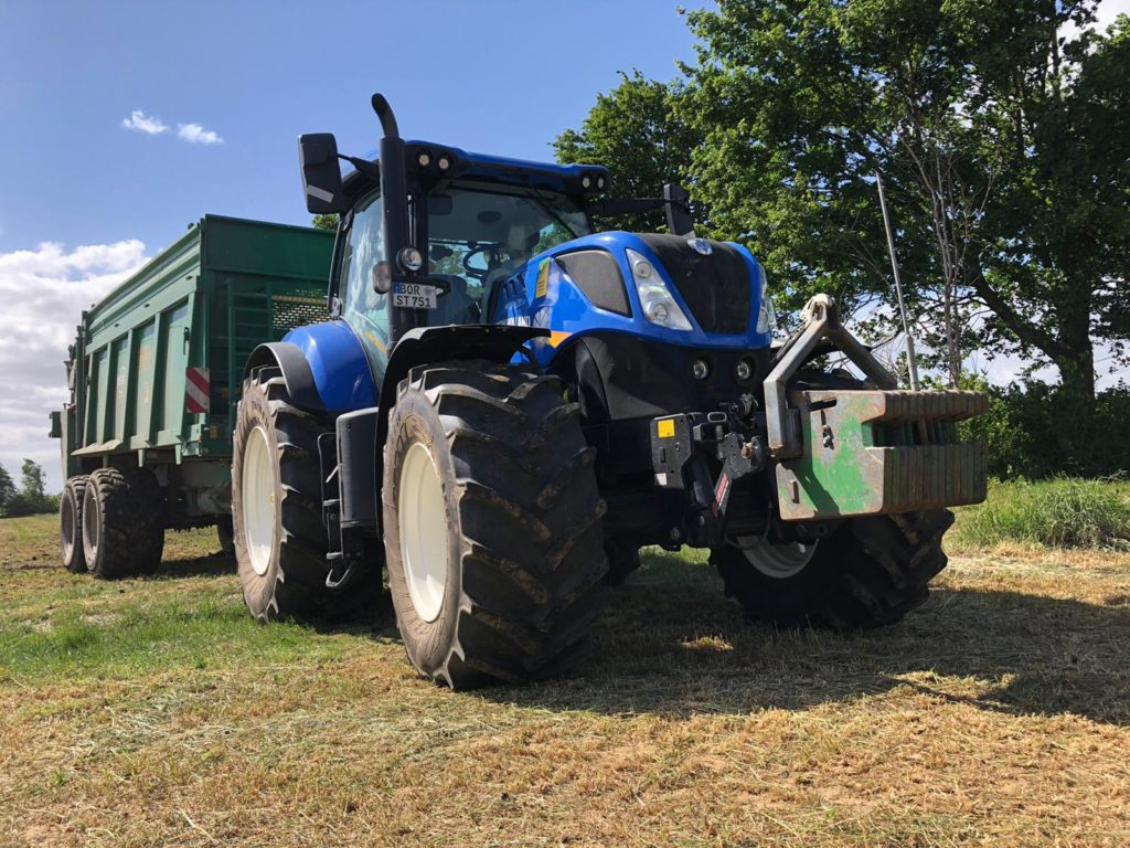 New Holland T7.260 mit Tebbe-Streuer